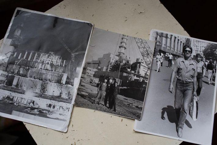 Ilya Suslovs Bilder von seiner Arbeit am Sarkophag, der in dem mittleren Bild zu sehen ist. ...