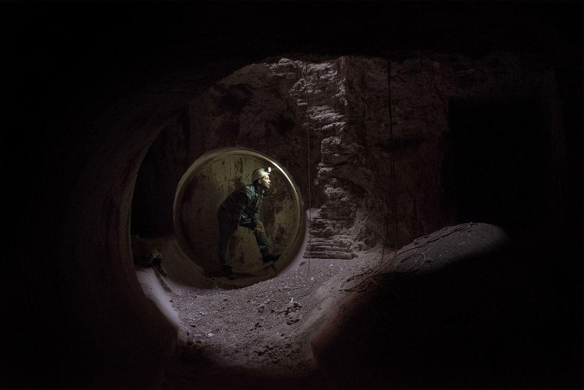 Goran Dakovic, ehemaliger Bergmann in Jugoslawien, sucht nach Spuren von Opal an der Wand. In den ...