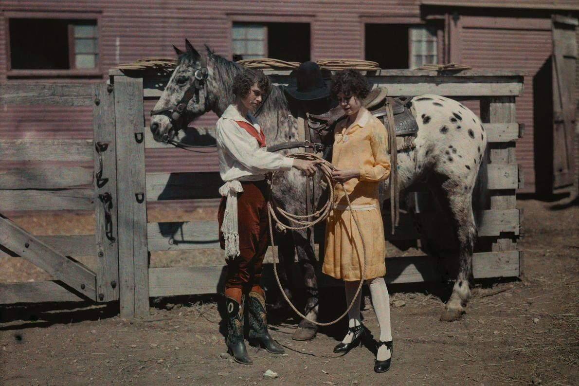 Cowgirl und Schwester vor Pferden