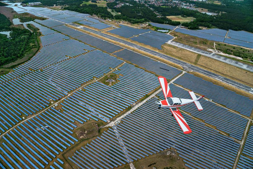 Solaranlagen wie diese in Deutschland haben sich in den letzten Jahrzenten weltweit verbreitet.