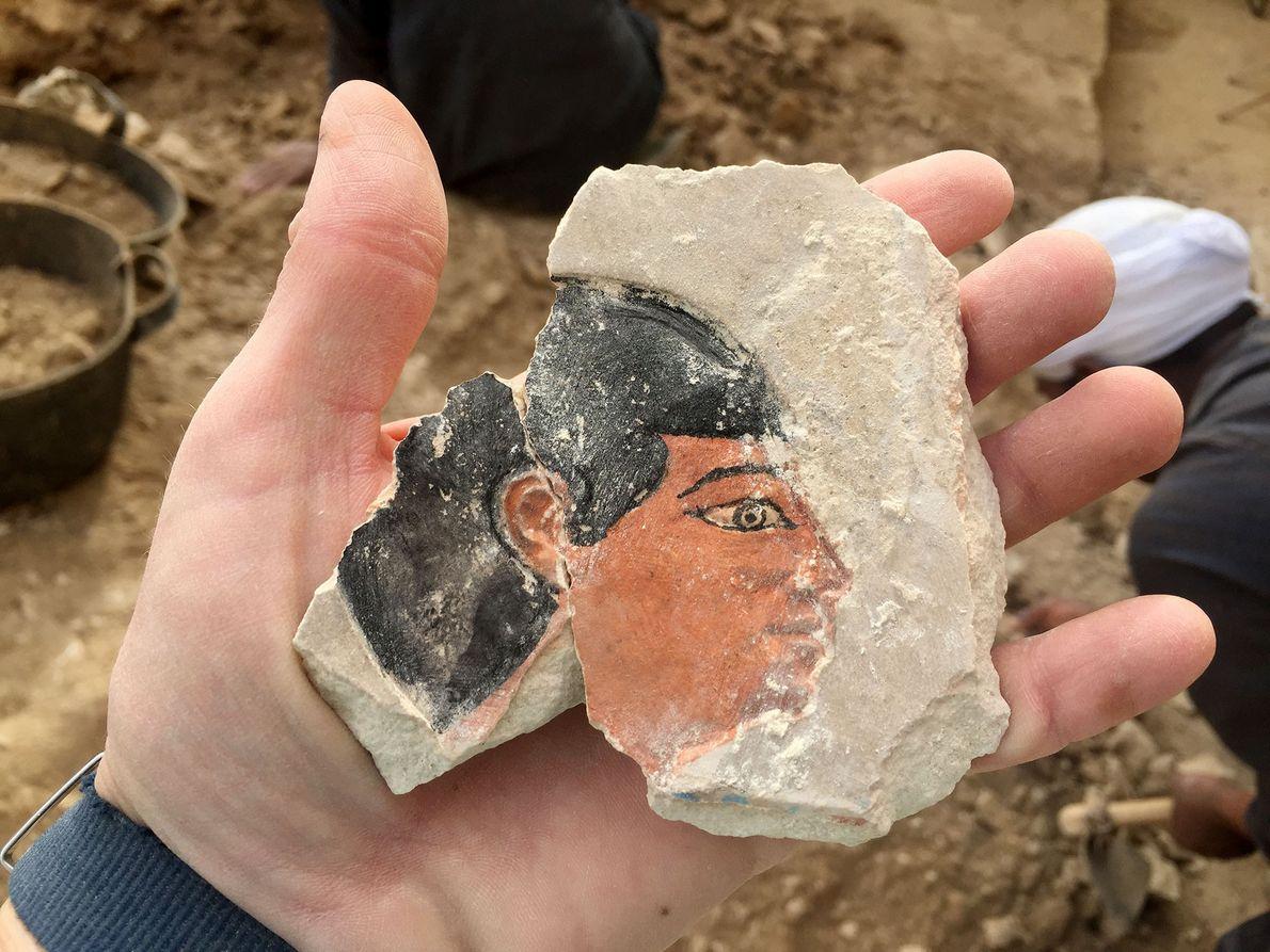 Bei Ausgrabungen im Dezember 2017 fand das Team dieses Bruchstück mit einem aufgemalten Gesicht in Intefs ...