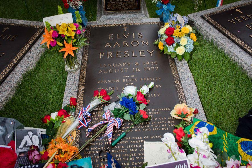 Am Morgen nach dem 40. Todestag von Elvis Aaron Presley am 17. August liegen Blumen von Besuchern auf seinem Grab.