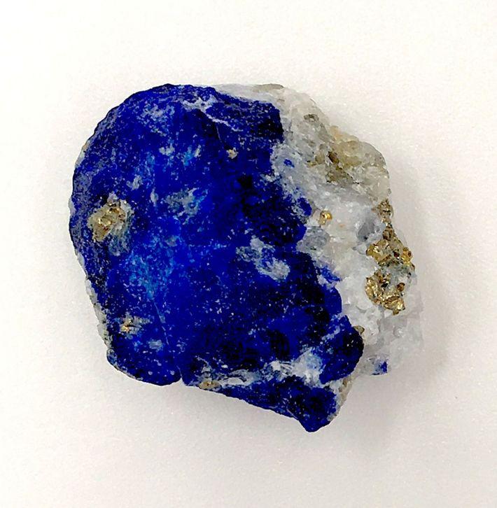 Der seltene Stein besteht aus verschiedenen Mineralen, die ihm seine einzigartige Farbe verleihen: darunter Lasurit (blau), ...