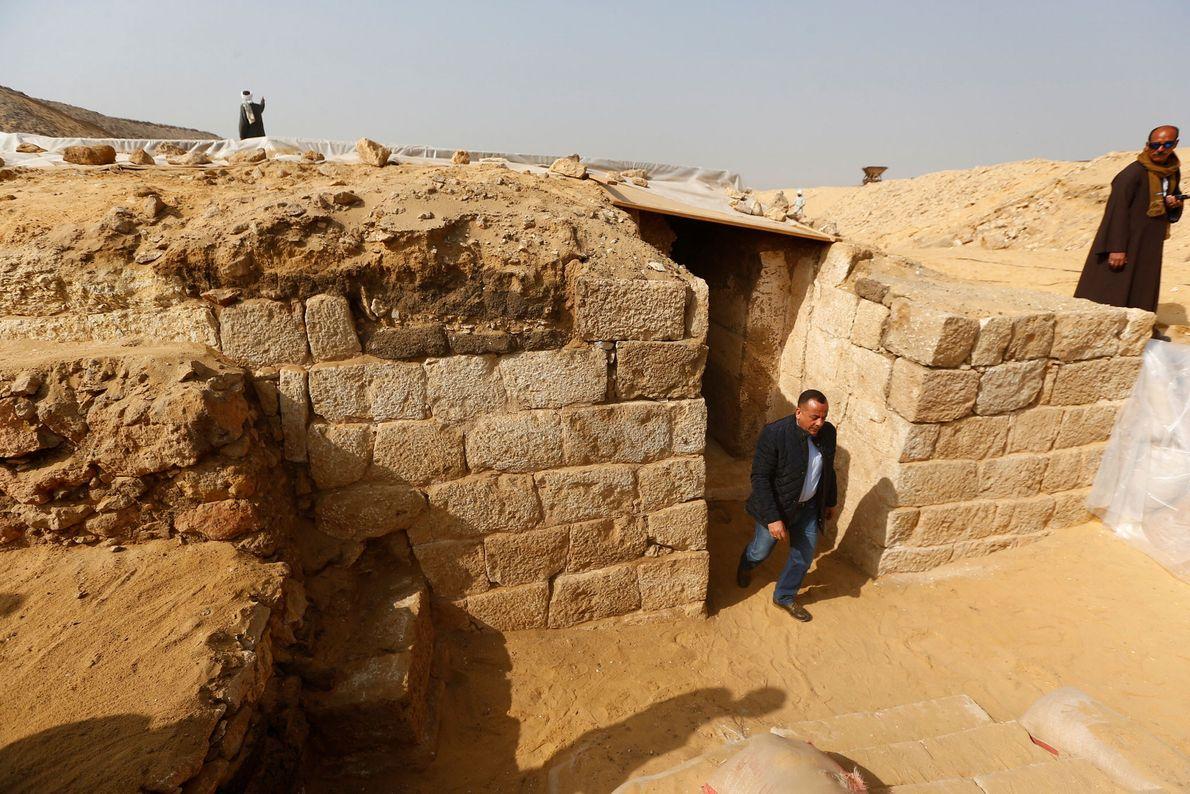 Mostafa Waziri, Generalsekretär der obersten Denkmalpflegebehörde (Supreme Council of Antiquities) Ägyptens inspiziert die Ausgrabung der Grabstätte.