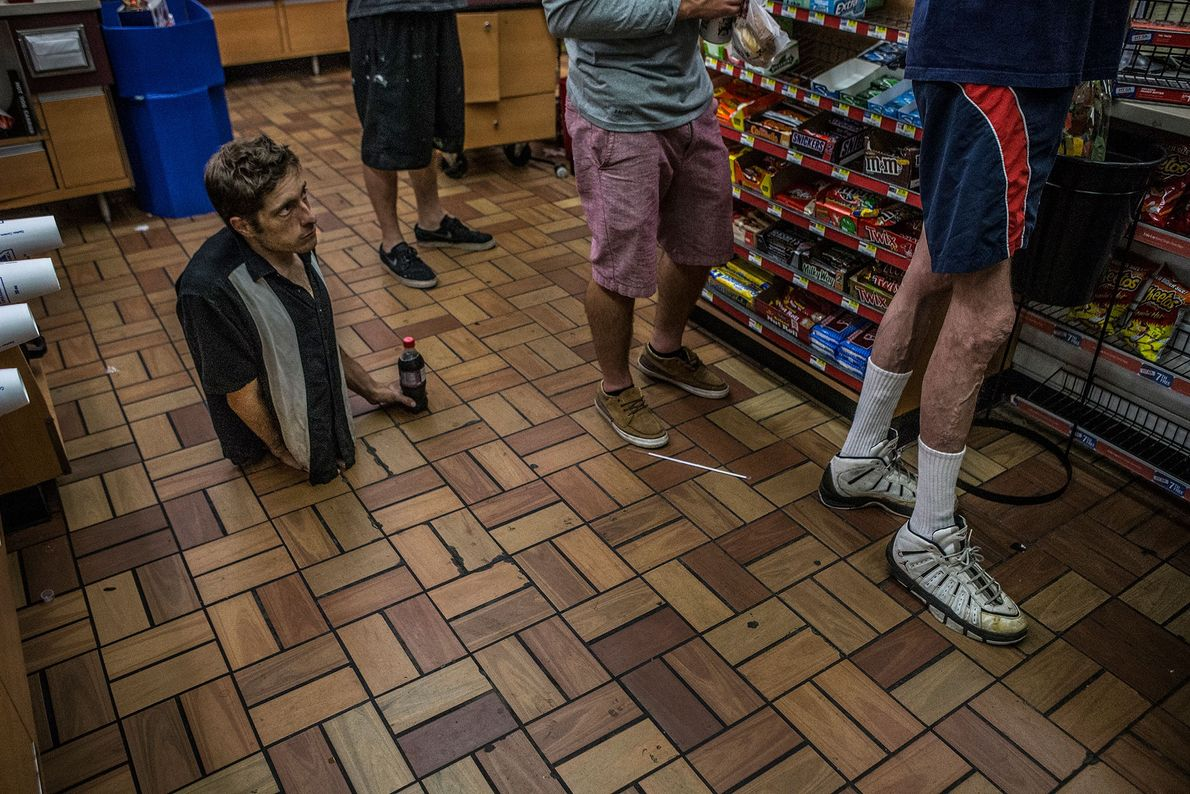 Aaron Wollin beim Einkaufen
