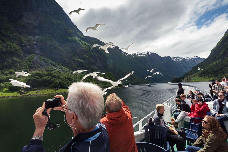 4. NORWEGEN Touristen beobachten Vögel inmitten der Fjorde Norwegens.