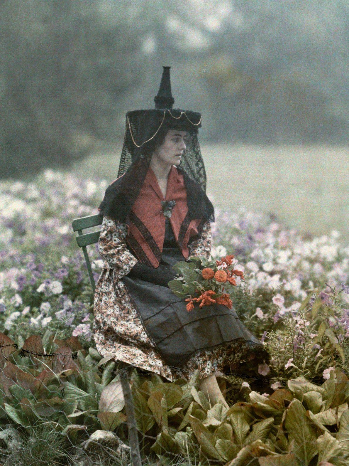 Eine Frau im französischen Saone et Loire trägt die traditionelle Kopfbedeckung der Burgunden im frühen 20. ...