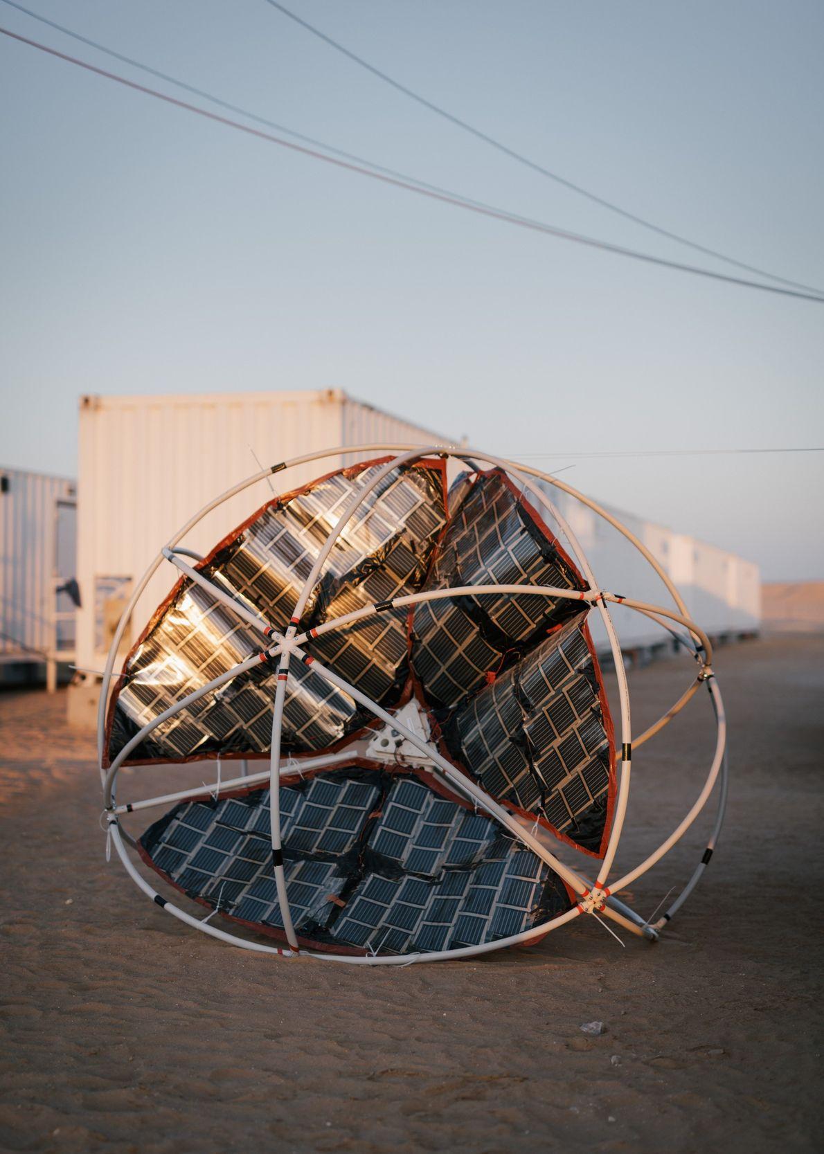 Schüler der Sir Karl Popper Schule in Österreich entwickelten dieses windbetriebene Rover-Konzept namens TUMBLEWEED. Es soll ...