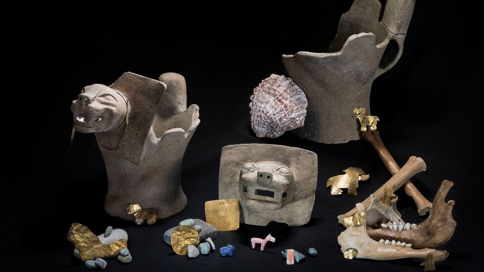 Unter den rituell geopferten Gegenständen befanden sich auch Gold, Halbedelsteine und Räuchergefäße, die mit Pumaköpfen verziert ...