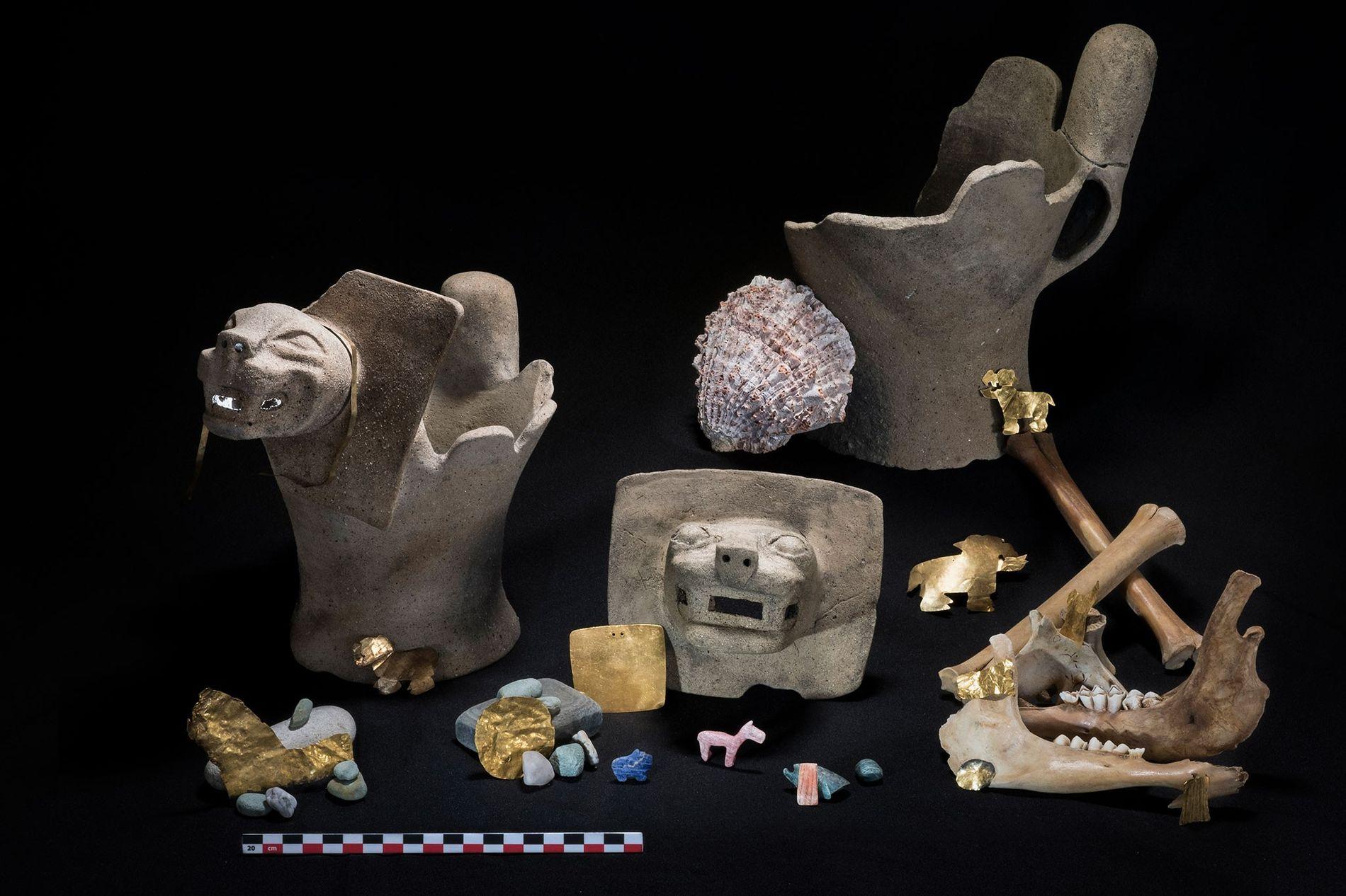 Unter den rituell geopferten Gegenständen befanden sich auch Gold, Halbedelsteine und Räuchergefäße, die mit Pumaköpfen verziert sind.