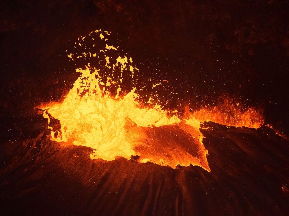 Von einem Hubschrauber aus entstand dieses Bild leuchtend gelber Lava.