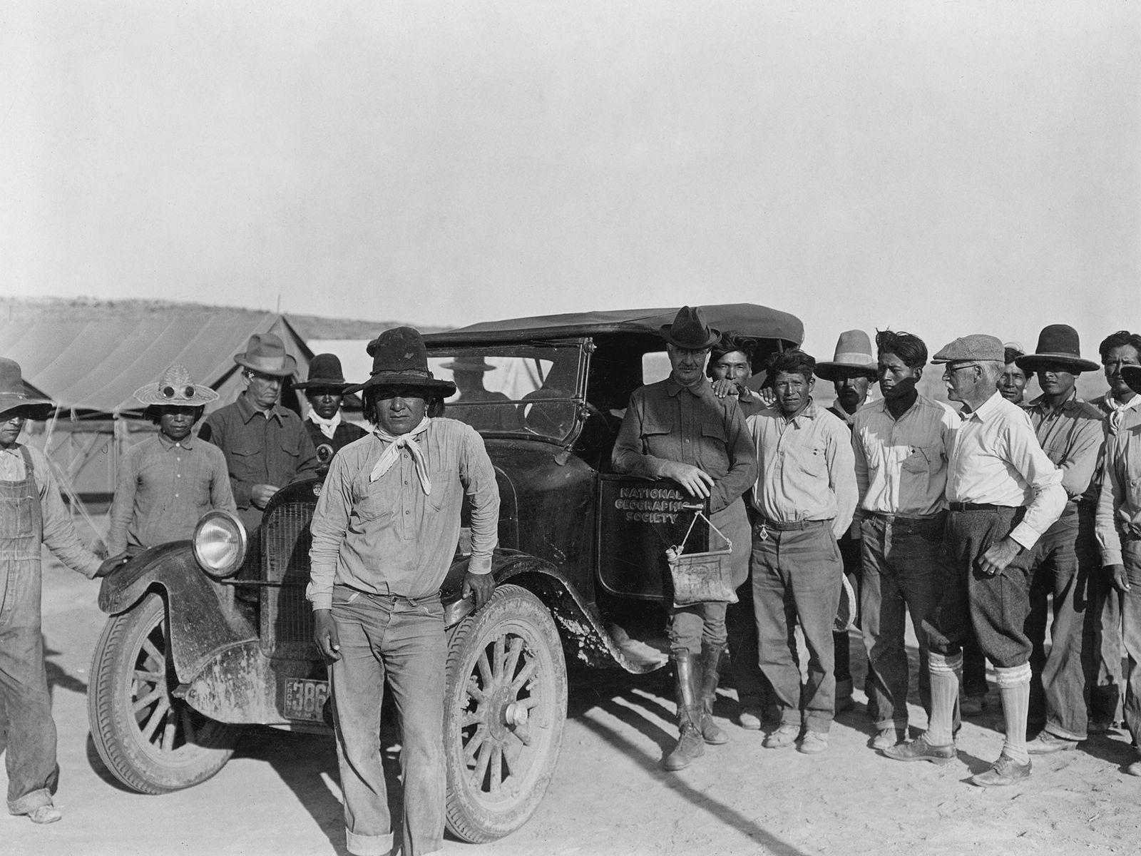 Chaco Canyon National Monument. Frank A. Thackeray, C.S. Scofield und W.H. Jackson, umgeben von Zuni- und ...