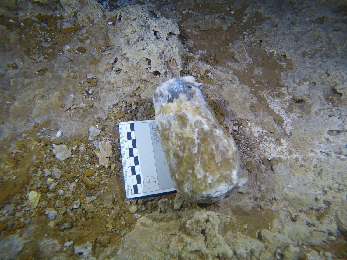 Die Bergleute benutzten einige der zerbrochenen Speläotheme als Hämmer, um den Höhlenboden von La Mina zu ...