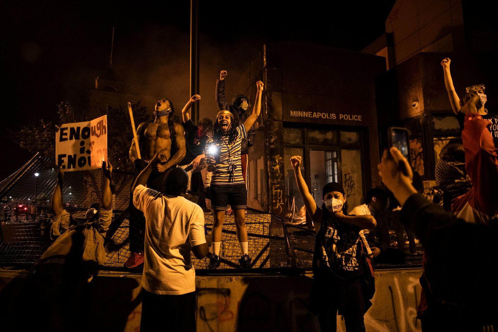 Am 29. Mai versammelten sich Demonstranten vor einem Polizeirevier in Minneapolis, um Gerechtigkeit für George Floyd ...