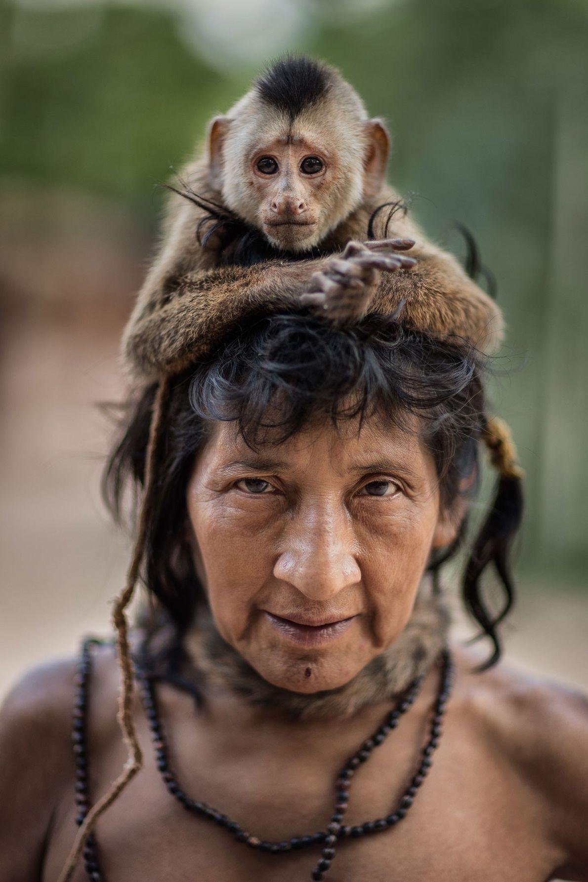 Ximirapi hatte nie eigene Kinder und lebt mit ihrem Äffchen zusammen. Tiracambu Awã-Gemeinschaft, Maranhão, Brasilien