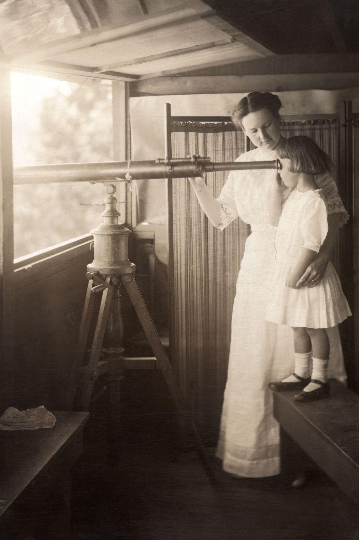 Eine Mutter und ihre Tochter halten im Grand Canyon per Teleskop nach einem Signalfeuer Ausschau.
