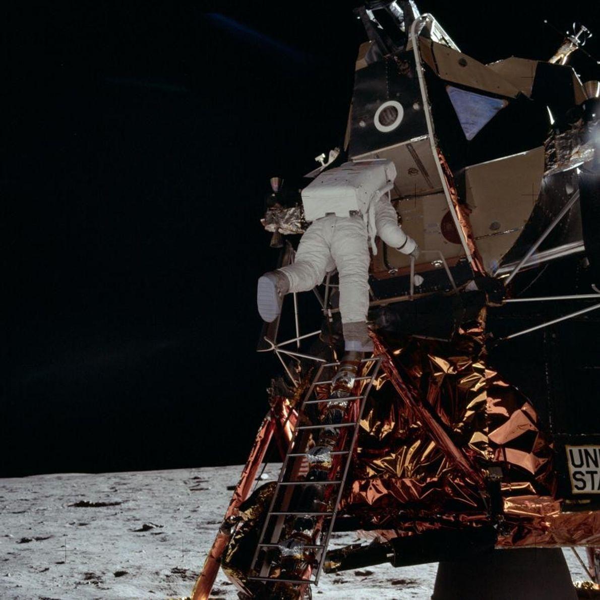 Buzz Aldrin auf der Leiter der Eagle