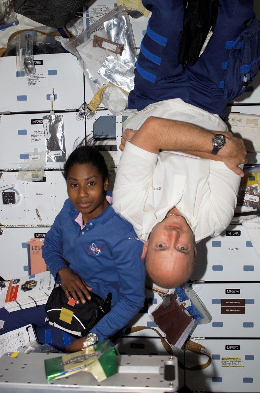 Die Astronauten Stephanie D. Wilson und Mark Kelly schweben 2006 an Bord des Space Shuttles Discovery, ...