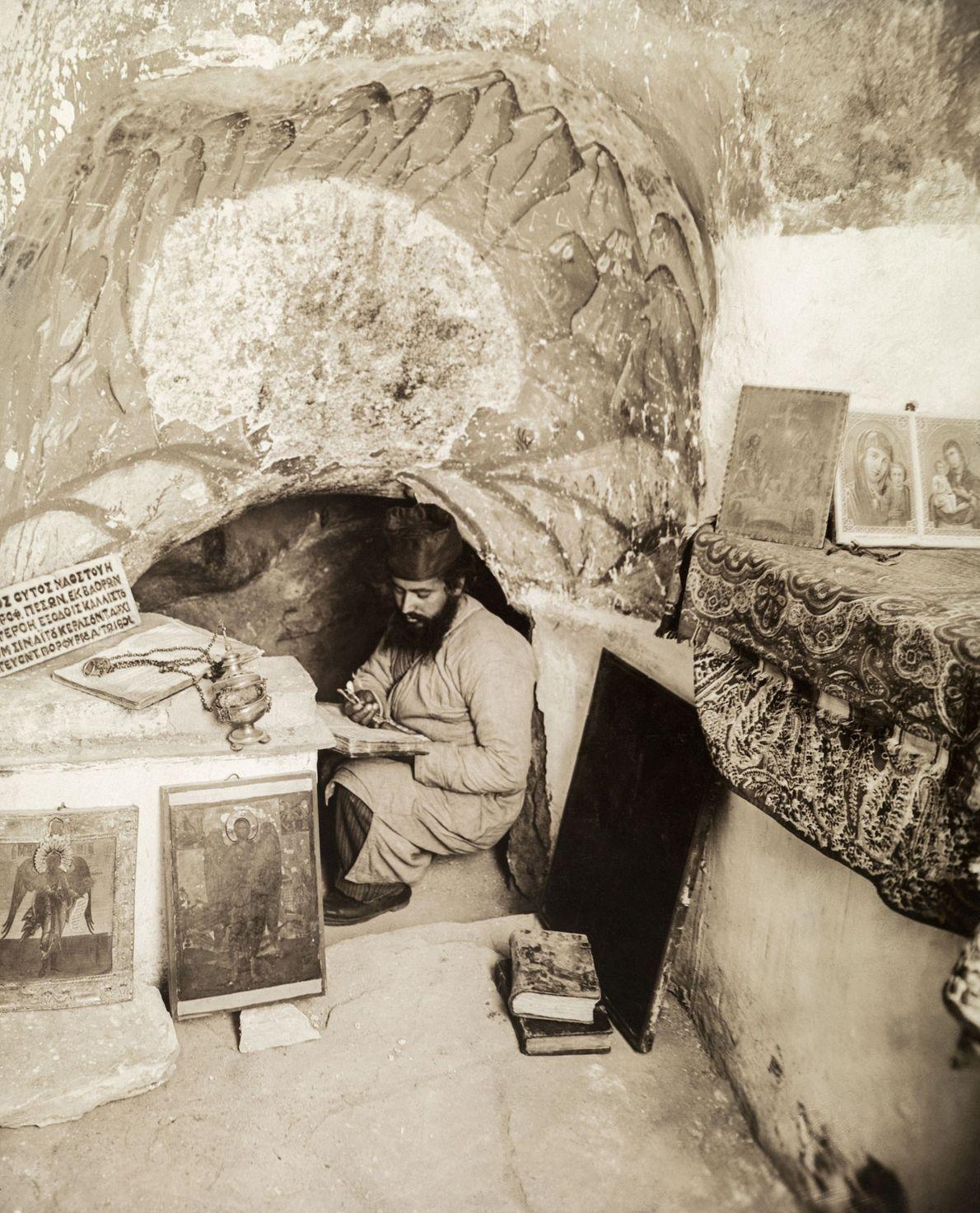 Mönch in Höhle, Israel
