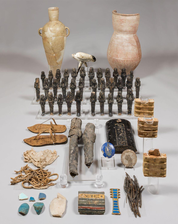 Dutzende Holzfiguren der Königin Nofretete wurden zusammen mit Keramiken und sogar den Kniescheiben der Königin in ...