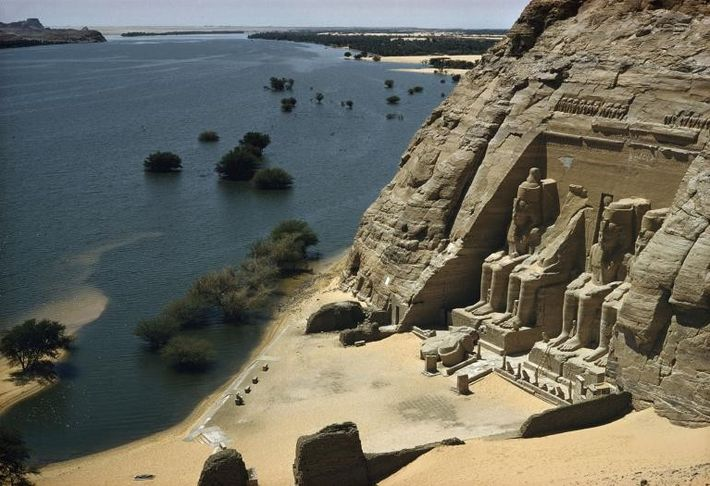 Blick auf den Großen Tempel am Nilufer.