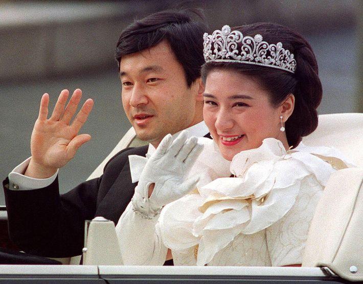 Der Kronprinz Naruhito und die Kronprinzessin Masako an ihrem Hochzeitstag 1993. Am 1. Mai werden die ...
