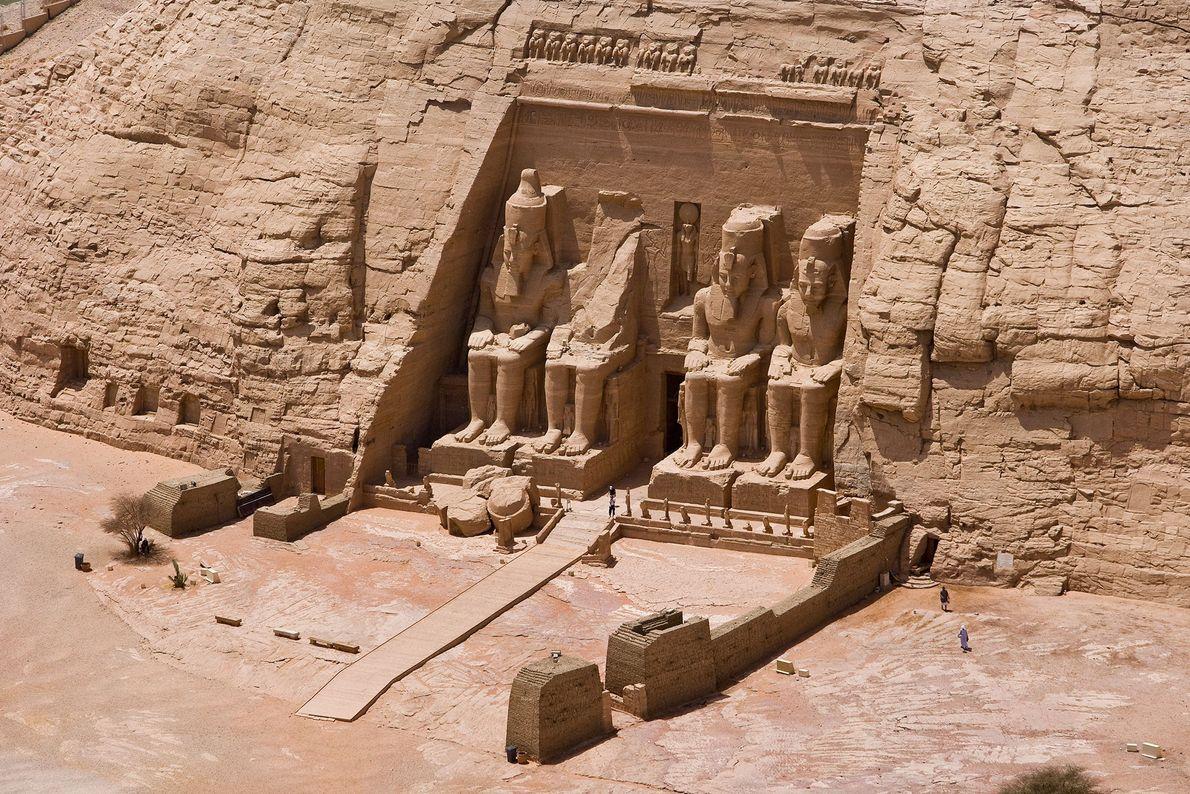 Der gewaltige Tempel von Abu Simbel wurde vor 3.200 Jahren unter Ramses II. in eine große ...