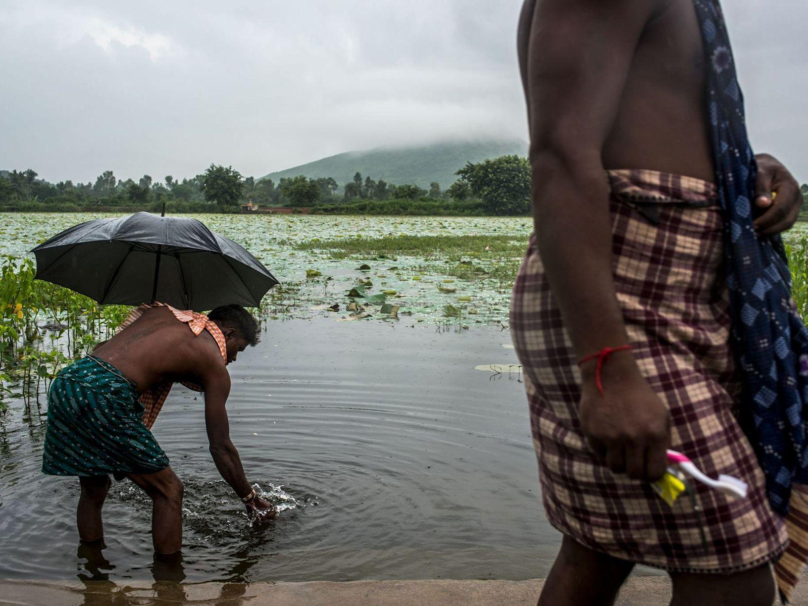Dorfbewohner an See