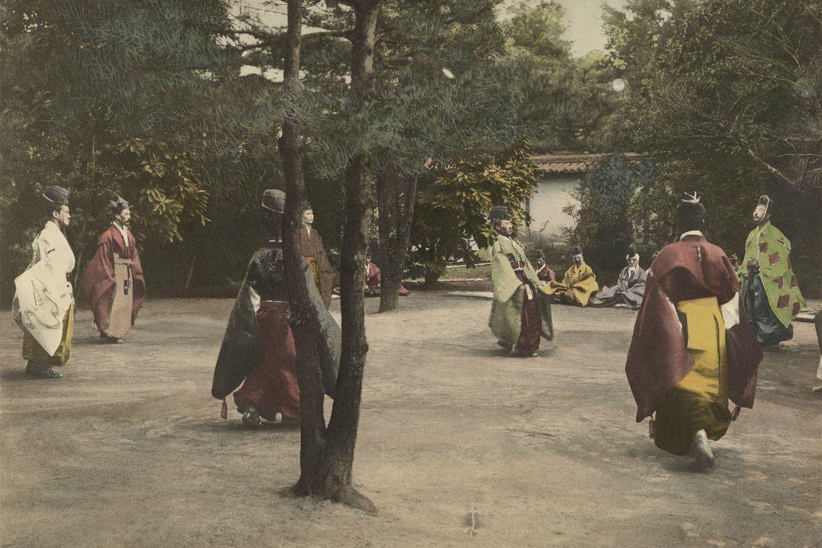 Eine Gruppe Adeliger im japanischen Kyoto spielt Shukyu – ein traditioneller Sport, der Fußball ähnelt.