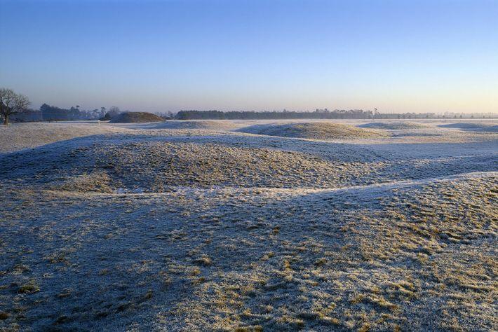 Ein Blick über die frostbedeckten Grabhügel bei Sutton Hoo in der Morgendämmerung.