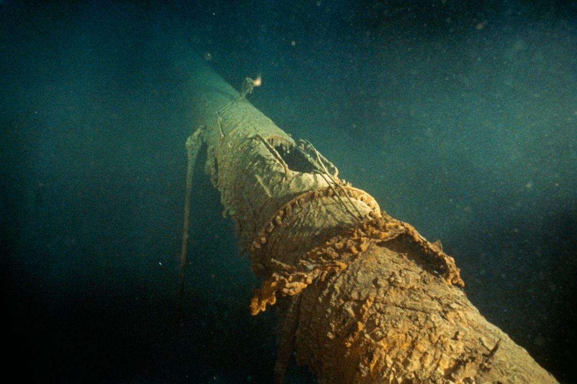 Der umgestürzte vordere Mast der Titanic lässt noch die Position des ehemaligen Krähennests erkennen, das mittlerweile ...