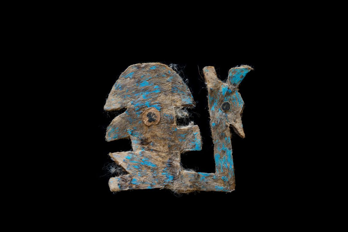 Ein Kunstwerk, das einst mit blauen Federn bedeck war. Die Überreste der Federn sind noch heute ...