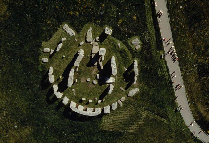 Stonehenge besteht aus lokalen Sandstein-Sarsensteinen um den äußeren Ring und das innere Hufeisen. Innerhalb des Kreises ...