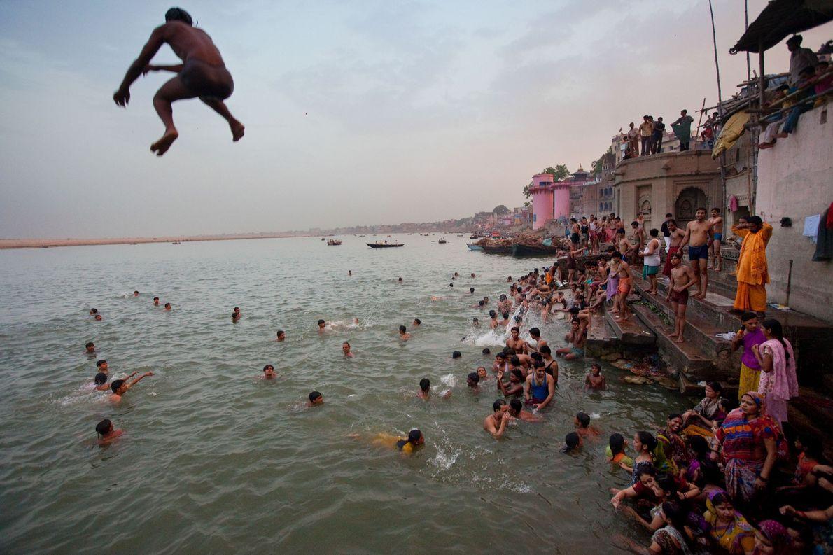Varanasi befindet sich am Ganges und wurde laut dem Glauben der Hindus vom Gott Shiva gegründet.