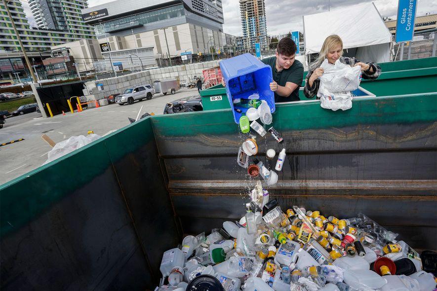 Einwohner von Vancouver bringen im März 2018 Müll zum neuen Zero Waste Center der Stadt. In ...