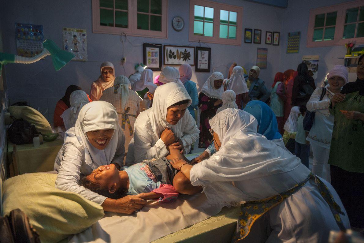 Massenzeremonie in einem Schulgebäude