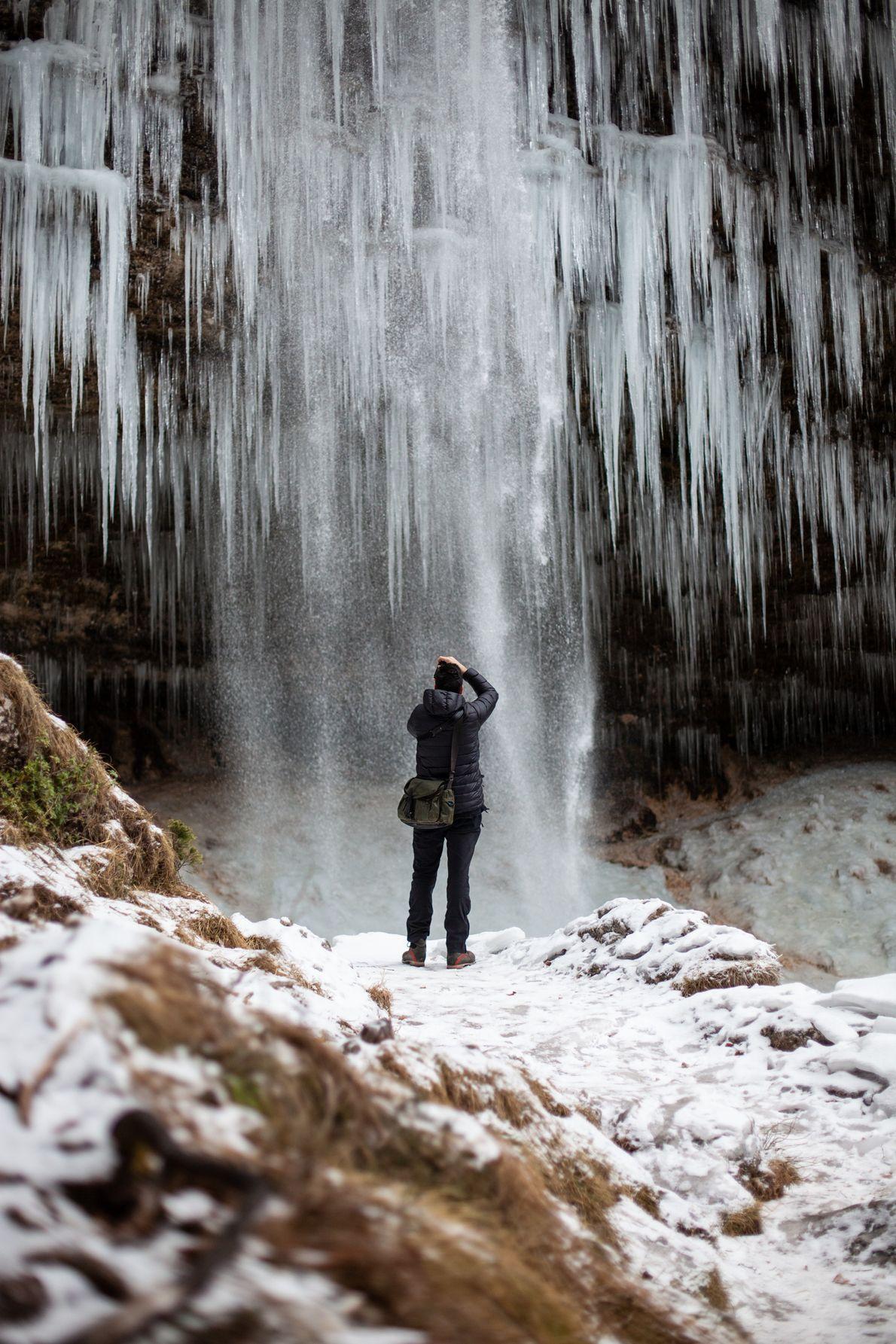 Die Kunst der Natur. National Geographic-Fotograf Ciril Jazbec bringt sich unterhalb dem fast durchgefrorenen Peričnik-Wasserfall in ...