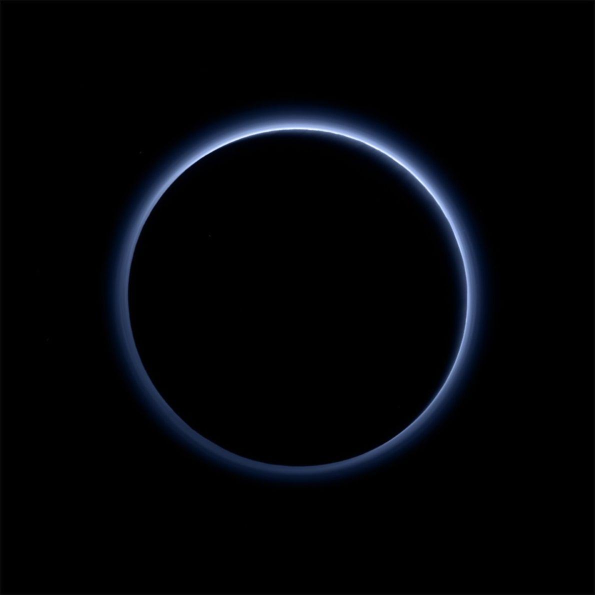 New Horizons machte diese Aufnahme von Pluto, als die Sonne direkt hinter dem Zwergplaneten stand und ...