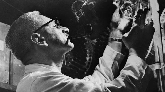 Albert Sabin entwickelte eine Schluckimpfung gegen Polio, die er an 12.000 russischen Bürgern testete. Hier hält ...
