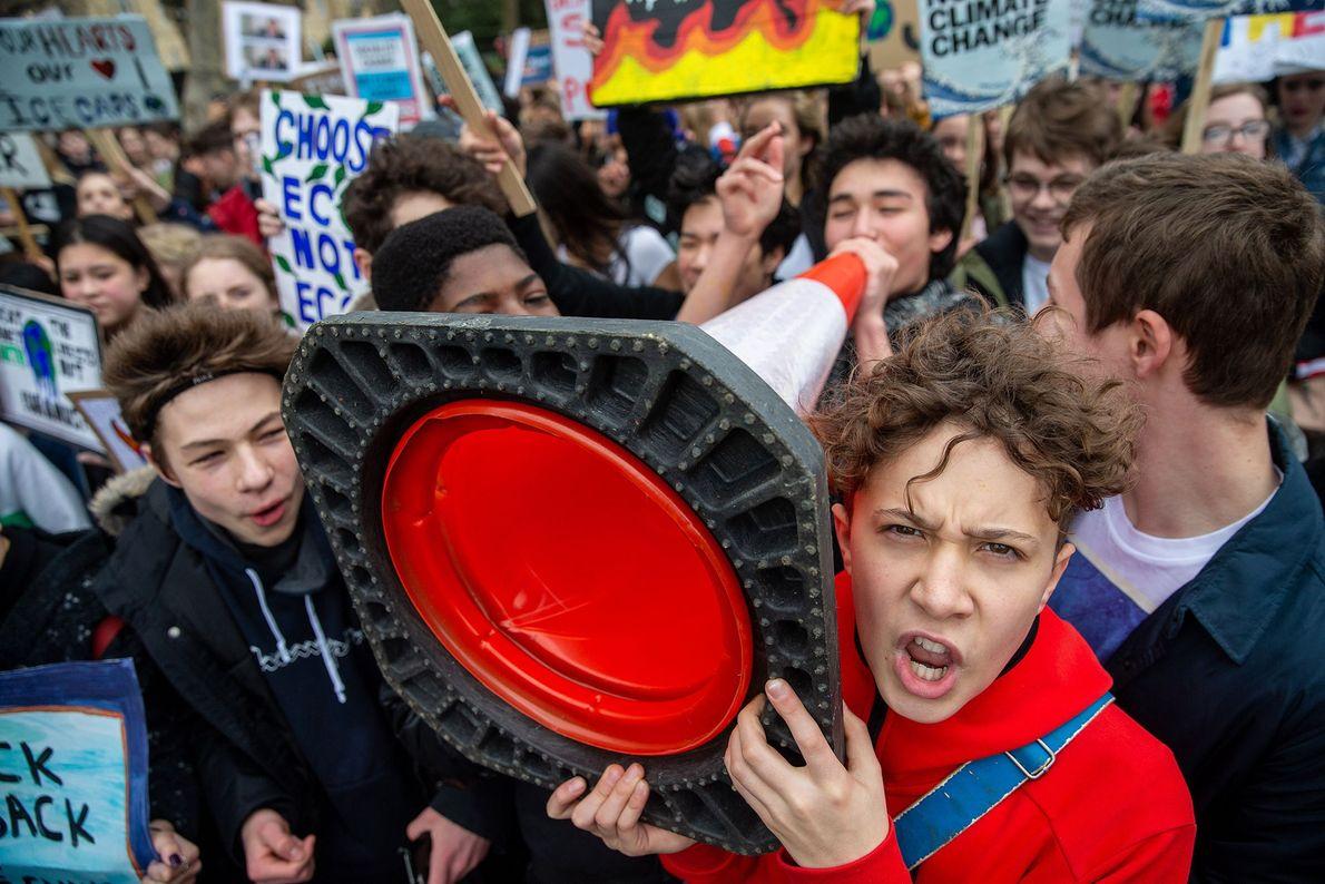 In London versammelten sich etliche Schüler vor dem Buckingham Palace und verlangten, dass die gewählten Vertreter ...