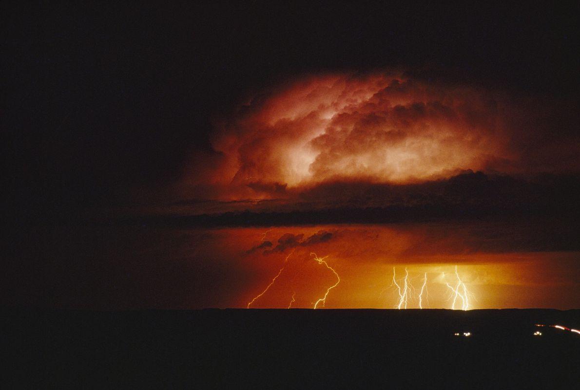 Mitten in der Nacht wütet ein Sturm über der Landschaft. Mit etwa 1.000 Tornados pro Jahr ...
