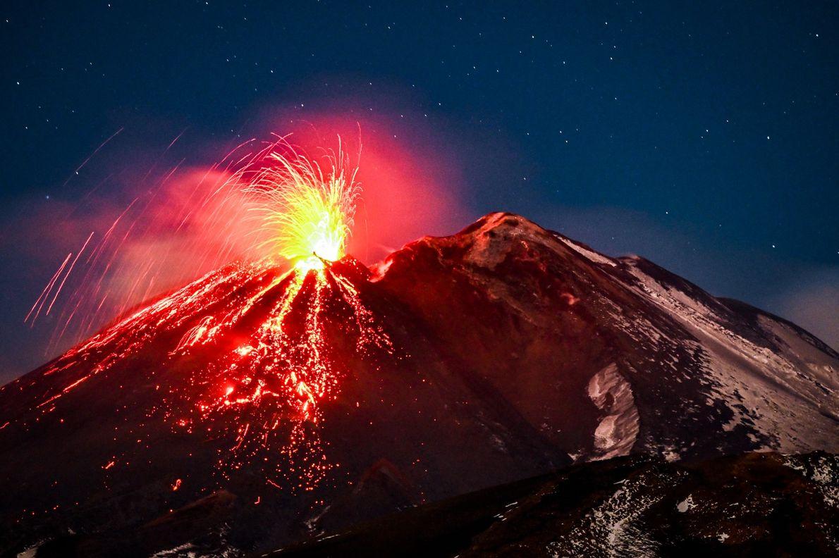 Der Ätna in Italien ist Europas größter aktiver Vulkan und sorgt mit seinen beeindruckenden Ausbrüchen regelmäßig ...