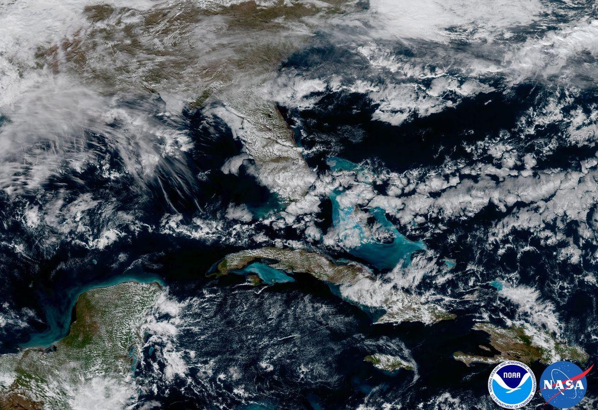 TÜRKISE VERSUCHUNG: In diesem GOES-16 Bild tünchen seichte Gewässer die Karibik in einen edelsteinartigen Blauschatten.