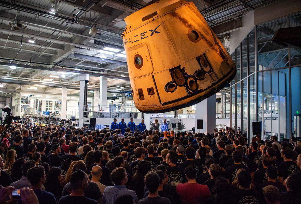 Die NASA-Astronauten Mike Hopkins, Victor Glover, Bob Behnken, und Doug Hurley besuchen die Zentrale von SpaceX. ...
