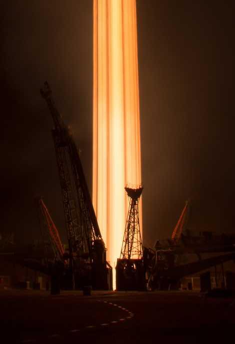 Eine Aufnahme mit Langzeitbelichtung zeigt den Start der Sojus-Rakete.