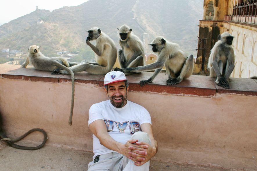 Podell sitzt 2004 in einem indischen Tempel vor einer Gruppe von Affen, von denen einer versuchte, seine Mütze zu stibitzen.