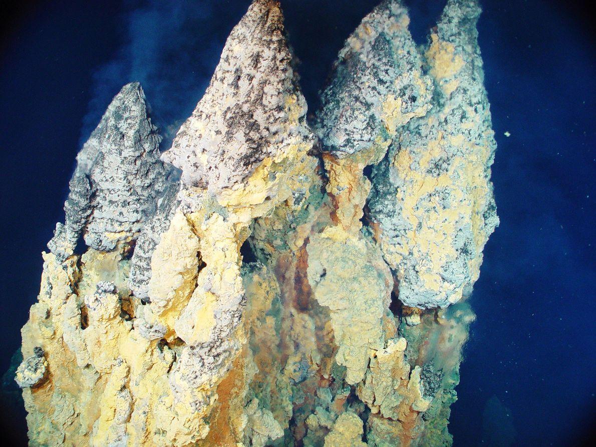 Kochend heißes Wasser, angereichert mit Metallen wie Eisen, Kupfer und Zinksulfiden, bildet riesige Schlote. Dieses Foto ...