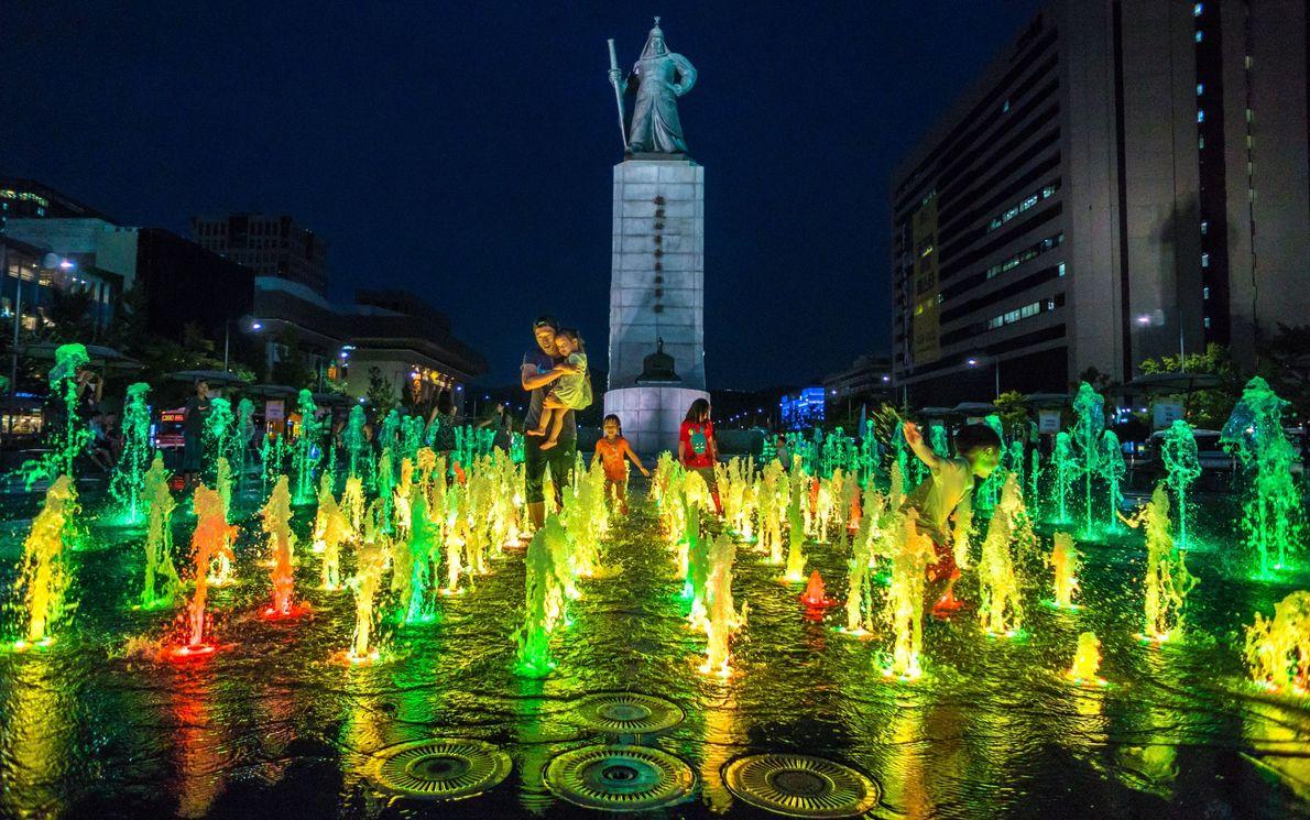 Bunt beleuchteter Gwanghwamun-Platz