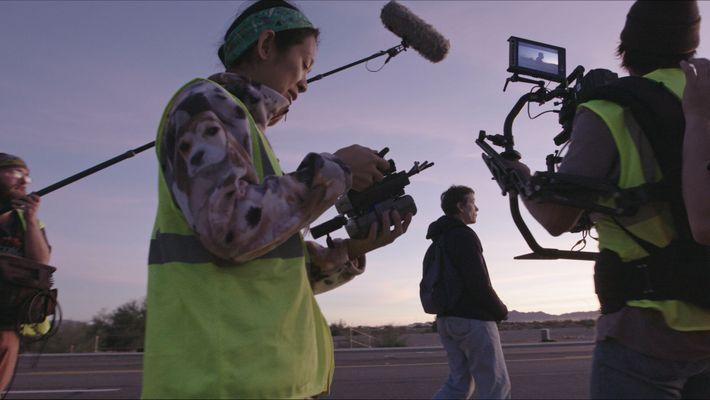 Die Regisseurin Chloé Zhao während der Dreharbeiten