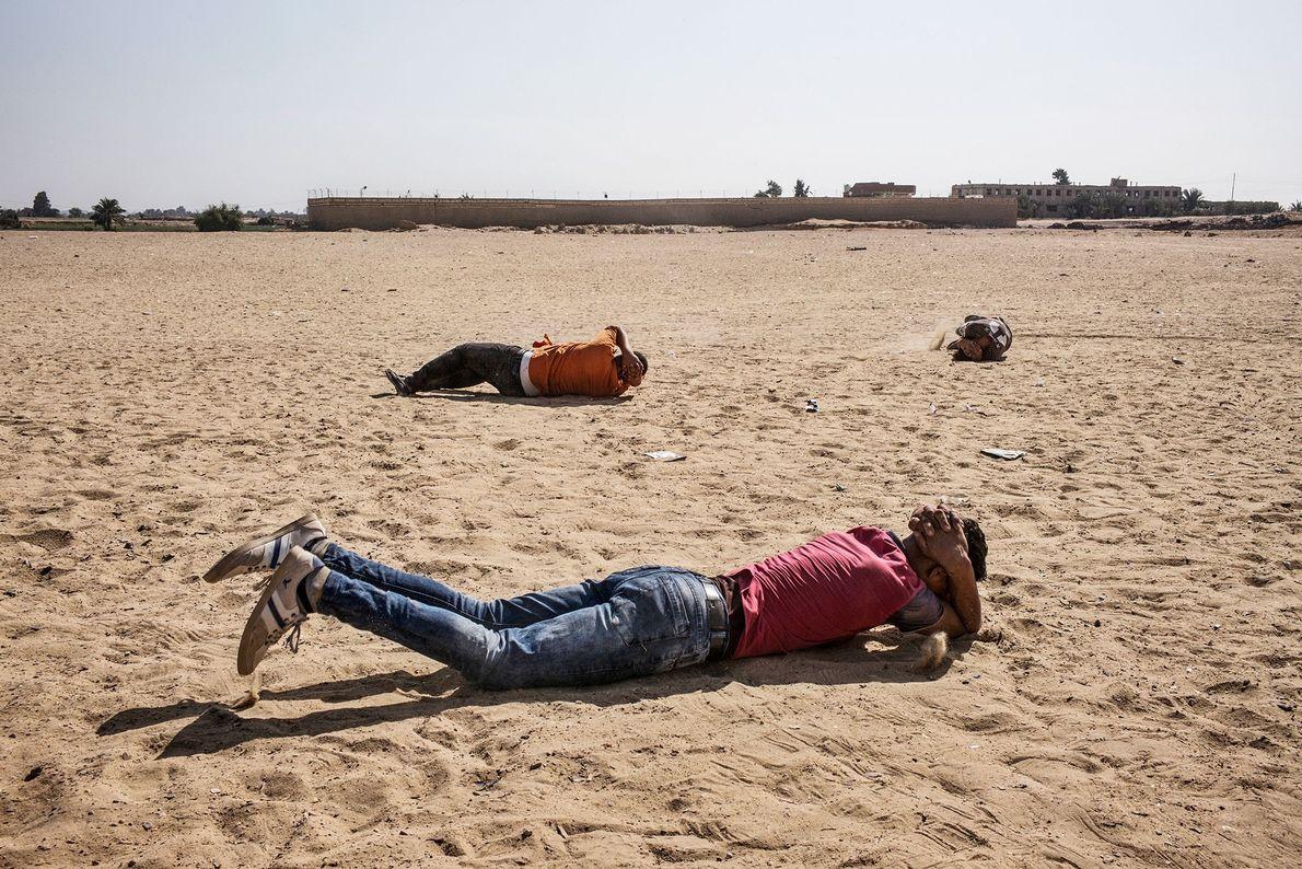 Menschen liegen im Sand